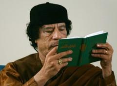 Muammar Gaddafi leer el Libro Verde